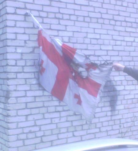 Горящий флаг Грузии на одном из зданий Новосибирска